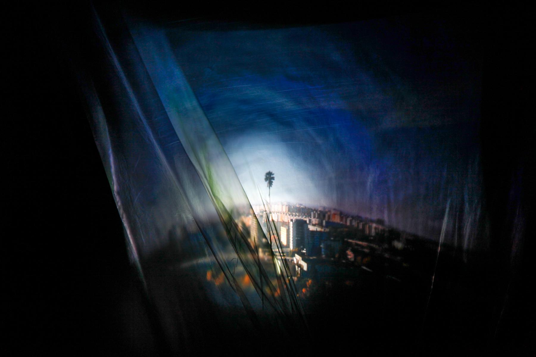 ELENA GERTHOFEROVA_prjekce fiktivniho obrazu na dve vrstvy folie_moznost zaostrit obraz dotikem + instalace fotografii 2